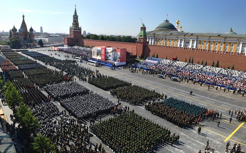 В РОССИИ – ПАРАД ПОБЕДЫ